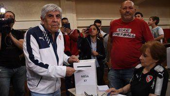 Hugo y Pablo Moyano fueron imputados por fraude contra Independiente