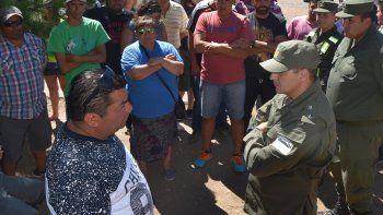 Una comisión de gendarmes se presentó ayer en el campamento que instalaron los petroleros desocupados en el cerco perimetral de la operadora Sinopec. El principal interlocutor fue el delegado Juan Toja Carbajal.