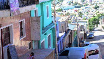 El asalto a mano armada de que fue víctima un repartidor de helados, se produjo en una de las calles de pronunciada pendiente del barrio 3 de Febrero.