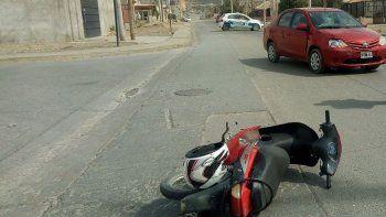 Un auto volcó en el Camino Centenario y un motociclista chocó en el Moure
