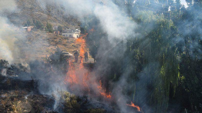 Bomberos voluntarios trabajaron durante más de dos horas para controlar un incendio que se registró ayer por la tarde en el ingreso al barrio Laprida.