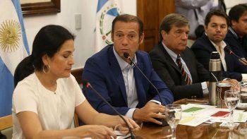 El gobernador neuquino Omar Gutiérrez encabezó la firma del contrato.