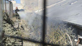 Bomberos controlaron un incendio de pastizales que amenazaba con quemar un depósito en el Centro.