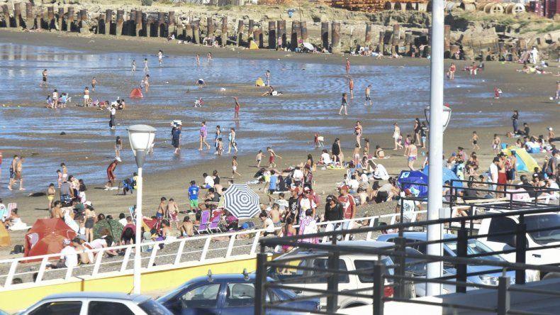 Días de mucho calor con la gente en las playas