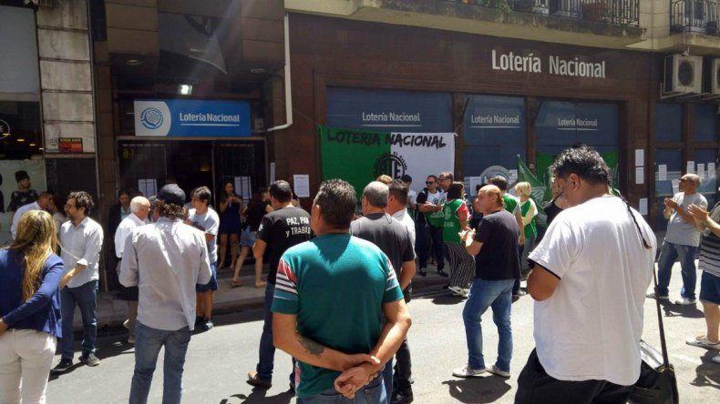 Los trabajadores de Lotería Nacional resisten su cierre.
