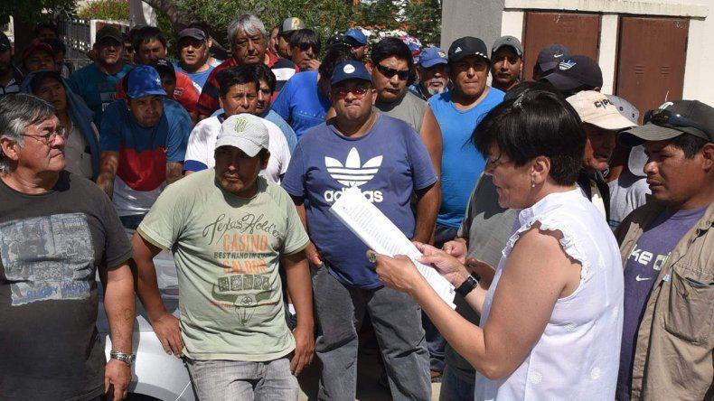 Una empleada del Juzgado Federal de Caleta Olivia llamó por listado a los obreros de CPC para que ingresaran al edificio y retiraran sus cheques que luego cobraron en el Banco Nación.