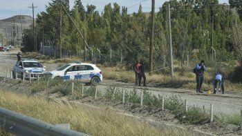 La policía realiza pericias en los alrededores del lugar donde Martínez cayó desvanecido.