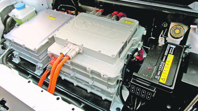 Detalles. Sorprende el motor del BAIC eléctrico por su limpieza. Una diferencia con los propulsores nafteros o diésel. En la parte delantera está la entrada para carga rápida en tótems de Bosch y