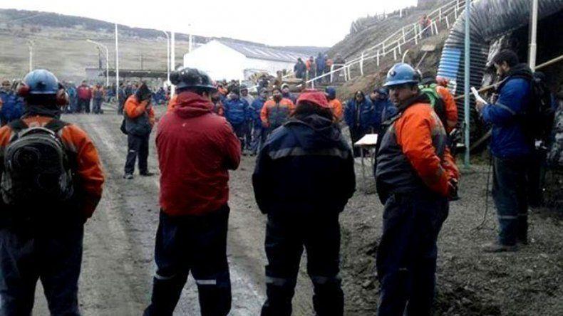 Los mineros mantienen la medida de fuerza a la espera de resultado de las negociaciones que se reanudarán el martes en Buenos Aires.