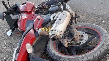 La moto que conducía el joven de 18 años impactó contra la parte trasera de una camioneta.