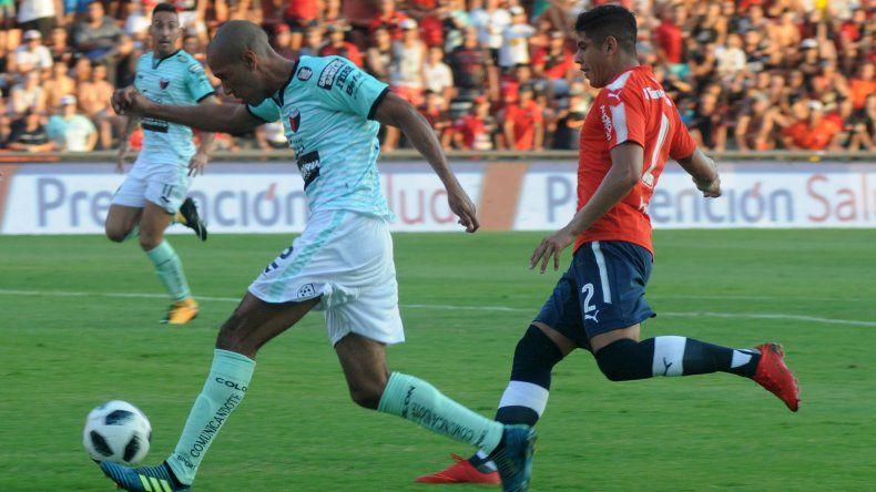 Diego Vera se lleva el balón marcado por Alan Franco en el partido jugado anoche en Santa Fe entre Colón e Independiente.
