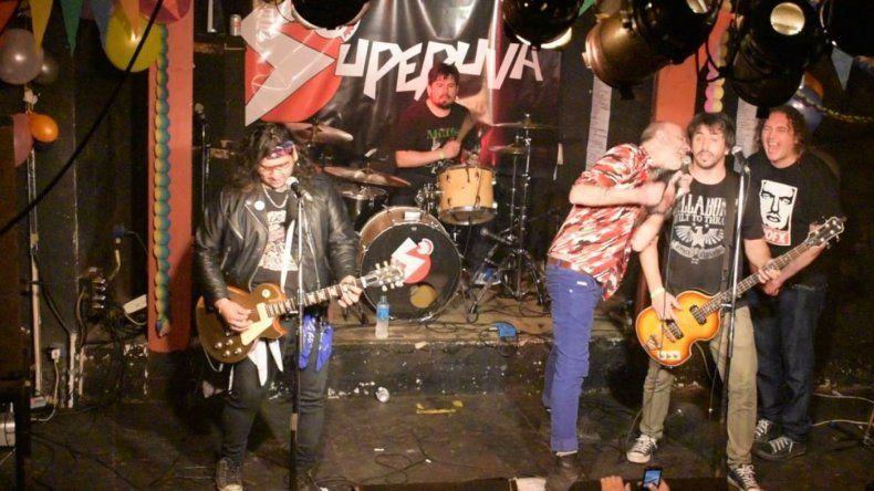 Asesinaron a puñaladas al baterista de la banda de punk Superuva