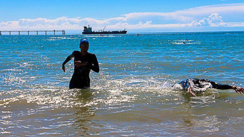 La travesía por el Día del Guardavida se llevó a cabo ayer en la costanera local con la presencia de más de ochenta nadadores.