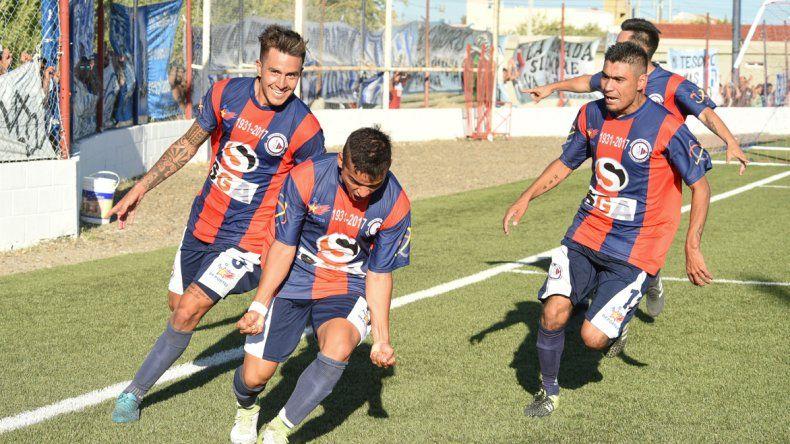 Eric Castro festeja con sus compañeros el segundo gol de USMA en el triunfo de ayer ante Catamarca FC de Caleta Olivia.