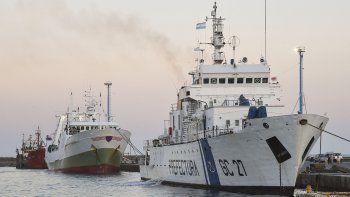 El barco Playa Pesmar Uno, que fue capturado pescando en forma ilegal frente a las costas de Comodoro Rivadavia, ayer amarró en el puerto de la ciudad.