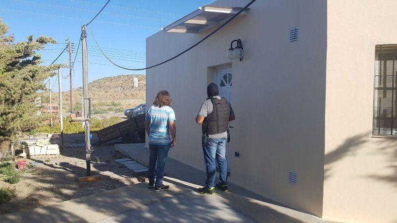 Secuestran un arma en un allanamiento en zona norte