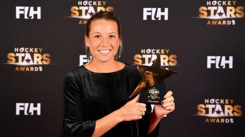 Delfina Merino posa orgullosa con el galardón que le obsequió la Federación Internacional de Hóckey como la mejor jugadora del mundo en 2017.