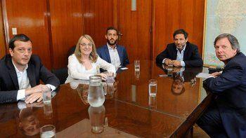 Alicia Kirchner estuvo acompañada por su ministro de Economía y el presidente de Fomicruz en la reunión que mantuvo con el subsecretario de Relaciones con las Provincias, Paulino Caballero.