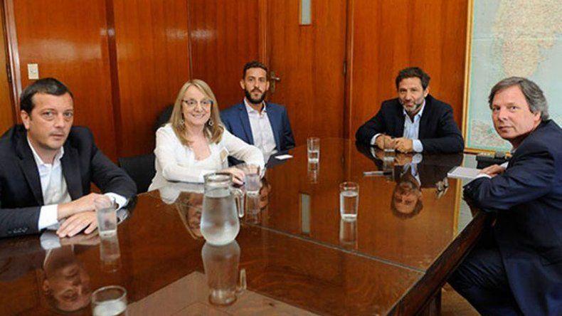 Alicia Kirchner estuvo acompañada por su ministro de Economía y el presidente de Fomicruz en la reunión que mantuvo con el subsecretario de Relaciones con las Provincias