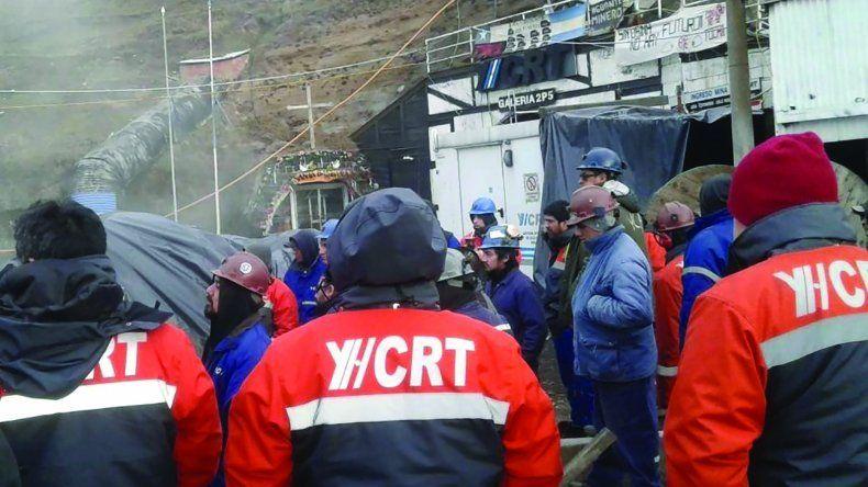 Los mineros ayer permanecían apostados en el acceso a la Mina 5 de Río Turbio. Anoche tenían previsto realizar una asamblea con la presencia de referentes de gremios de otras actividades que propondrían un paro comunitario.