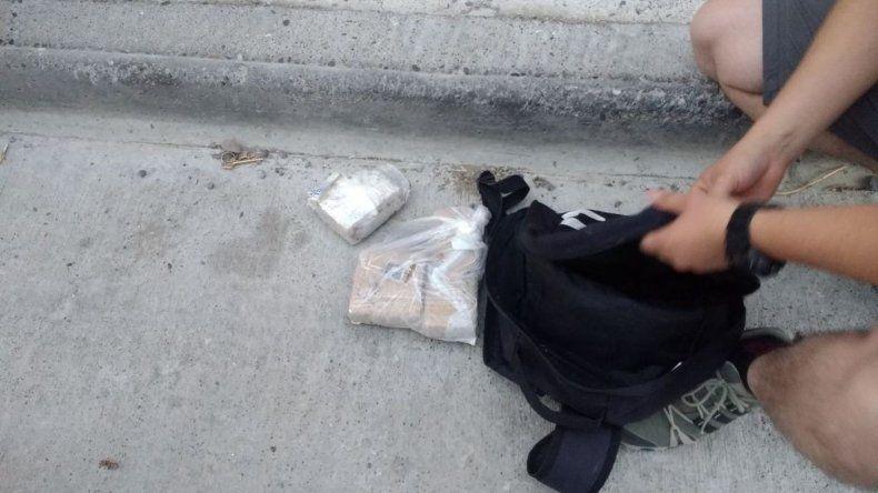 Llevaba marihuana, cocaína, una balanza y 18 mil pesos en su mochila
