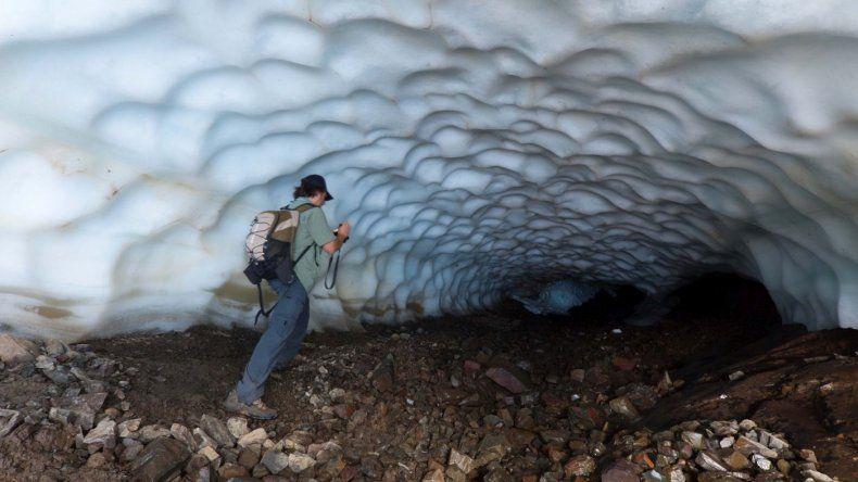 El túnel de hielo del cerro La Torta, en Esquel, recibe a turistas para excursiones