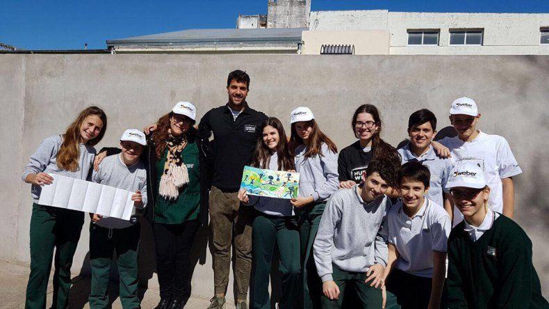 Fede en el colegio secundario donde fue en Casilda. Su proyecto construyó una medianera de 40 metros y un hermoso mural.