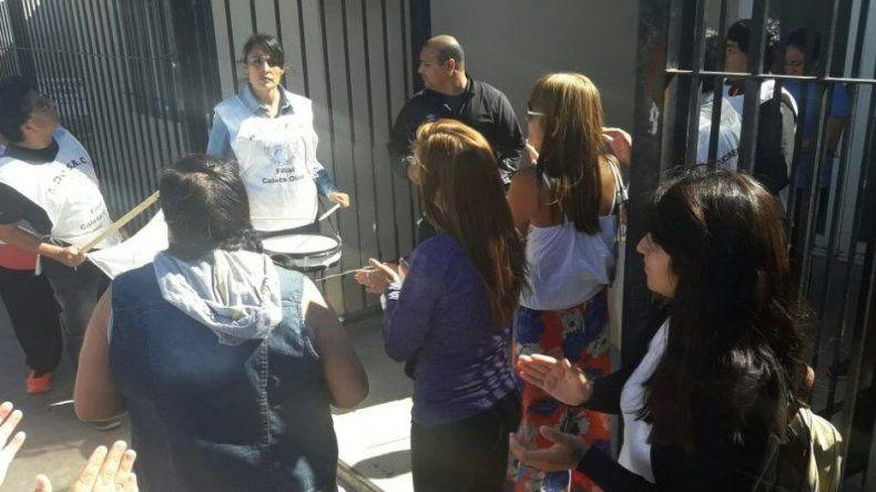 Un grupo reducido de docentes se manifestó ayer frente a la sede de la Regional Zona Norte de Escuelas Provinciales.