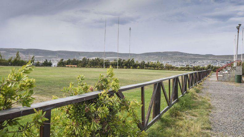 El campo de juego de rugby lleva un arduo trabajo de mantenimiento.