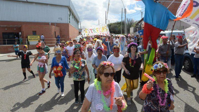 Una fiesta de Carnaval y un desfile permitieron cerrar las actividades de las Colonias de Verano para adultos Mayores.