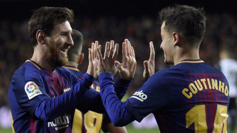 Messi saluda a Coutinho tras abrir el marcador en el complemento.