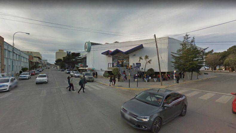 Rompió una ventana y robó 45 mil pesos en un supermercado del centro