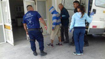 El momento en el que el joven ingresa a la guardia del Hospital Regional con custodia policial.