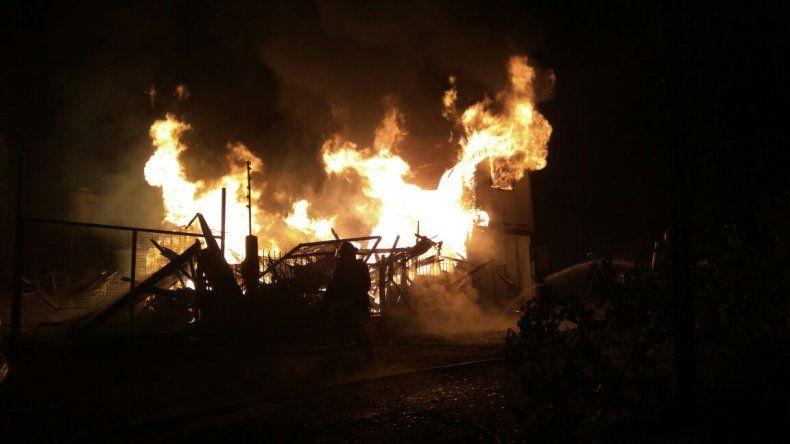 Un incendio consumió por completo una vivienda en el San Cayetano