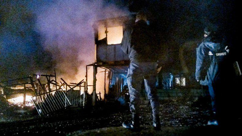 Tres móviles de Bomberos Voluntarios fueron necesarios para apagar un incendio que consumió la totalidad de una vivienda en el San Cayetano.
