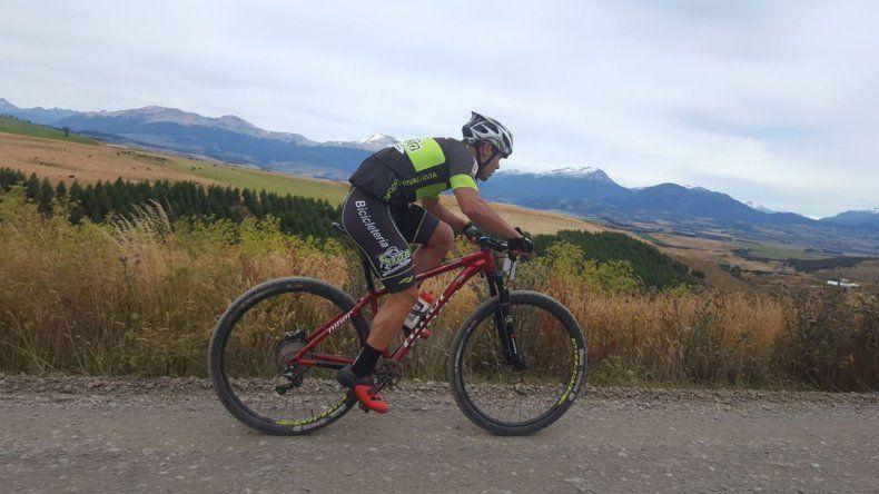 El Dogo Breitenbucher pedaleó los últimos dos kilómetros dejando todo arriba de la bicicleta.