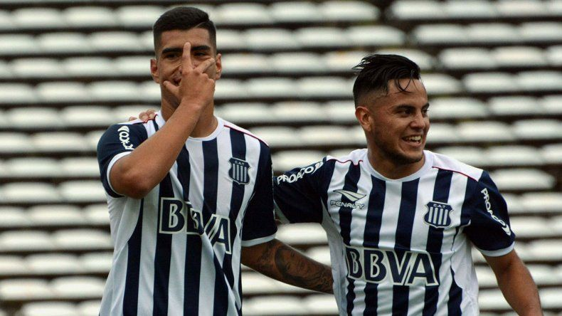 Lucas Olaza festeja su gol de penal