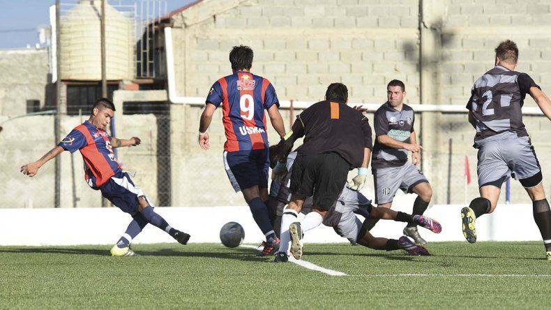 Jorge Lasso anota uno de sus tres goles en la tarde de Kilómetro 5.