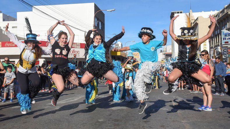 Las murgas bailaron al ritmo de los redoblantes por la calle San Martín.