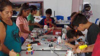 ciencia continua desarrollando el  taller de fabricacion de juguetes  con materiales reciclados en trelew