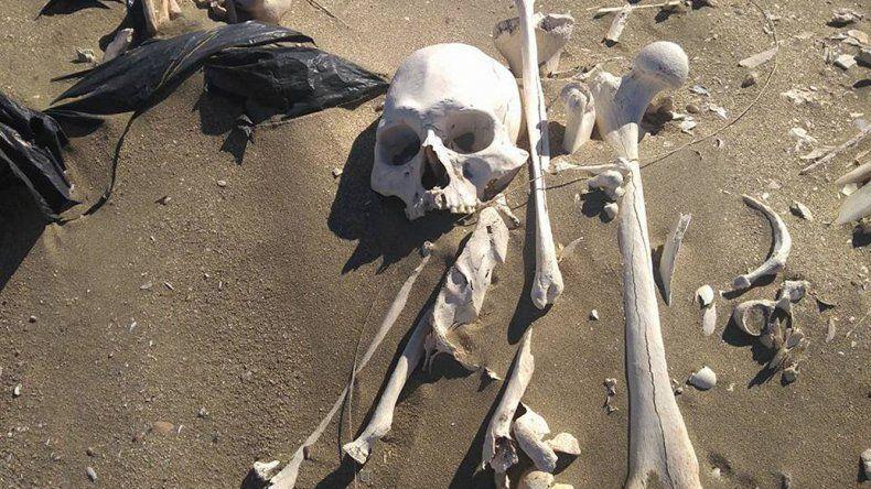 Desde el CENPAT admitieron haber enterrado los restos de antiguos pobladores que ahora quedaron expuestos.