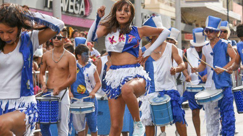 El Carnaval ofreció ritmo y colores en el recorrido de las 25 murgas sobre la calle San Martín.