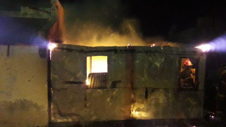 El fuego consumió una vivienda en el barrio Máximo Abásolo