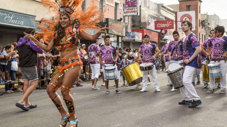 Alegría de la gente, la espuma y el baile en las calles del centro de Comodoro