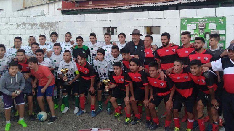 Los planteles de Primera división del campeón Laprida y del subcampeón Roca posan juntos tras la final.