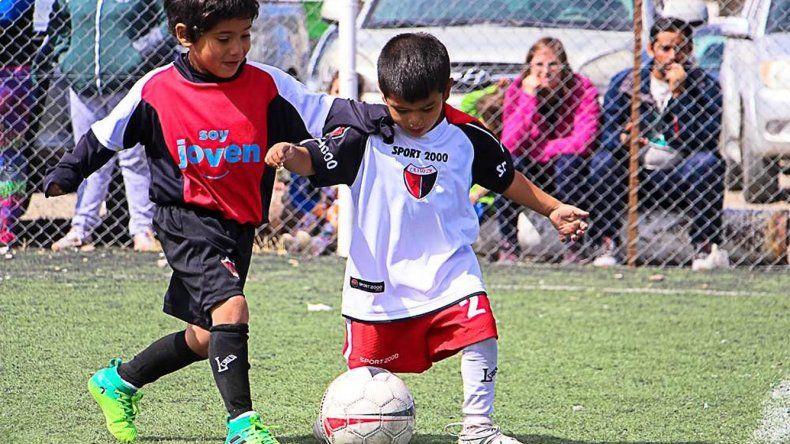 Los más pequeños en acción durante el torneo infantil Cuenca Petrolera que organizó Chacarita.