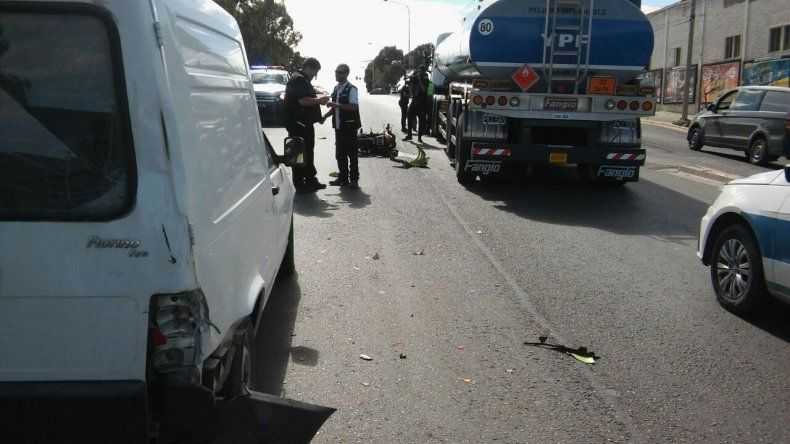 Motociclista chocó y casi termina debajo de un camión