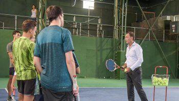 José Luis Clerc charló con algunos tenistas del Santa Lucía durante su visita a Comodoro Rivadavia, pero no hubo clínica.
