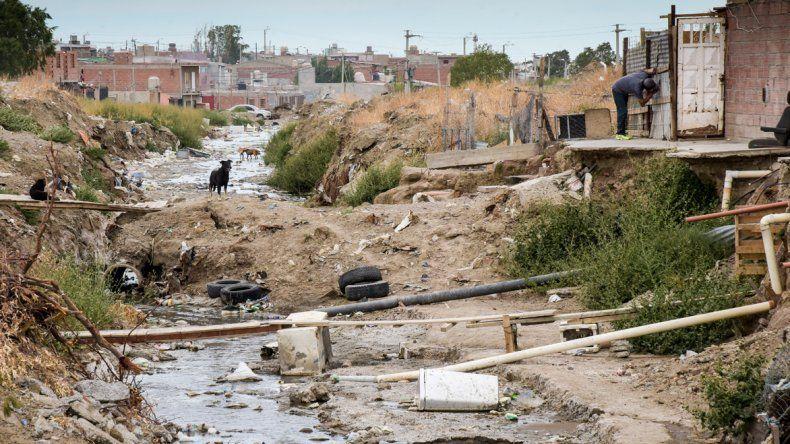 Un río cloacal se encuentra sobre la calle Marcelo Berbel. Los vecinos denuncian que hace casi un año personal municipal rompió unos caños cloacales y nunca más volvió a arreglarlos.