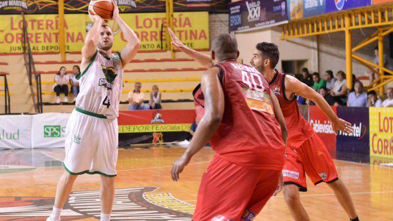 Juan Manuel Rivero intenta de tres puntos